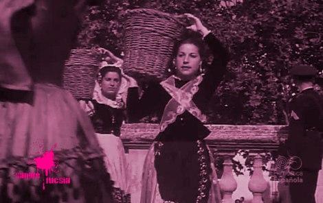Mujeres con trajes típicos portando cestos de mimbre
