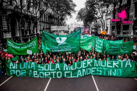 Argentinas en una manifestación por la despenalización del aborto - Sangre Fucsia